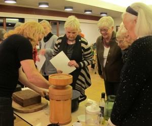 Ege Arp-Hansen demonstrerer hvordan man laver surdejsbrød med friskmalet ølandshvedemel.
